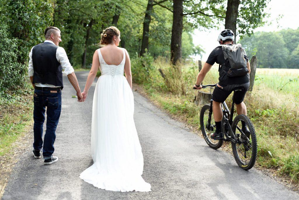 Hochzeit Spazieren Radfahrer