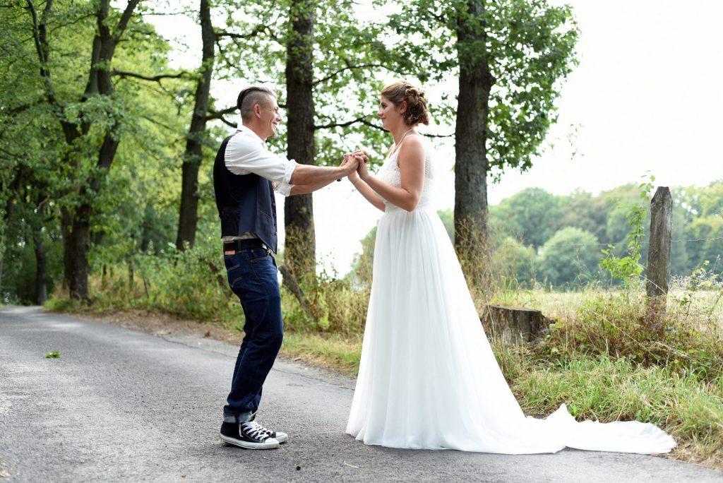 Hochzeit Spazieren festhalten