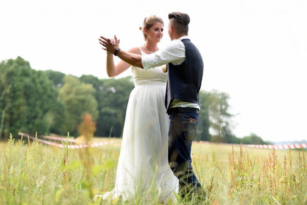 Wiese Hochzeit tanzen